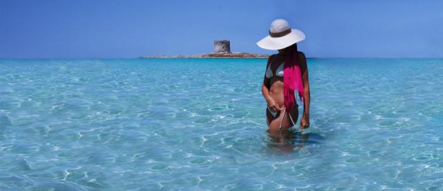 femme en bikini et chapeau, bord de plage