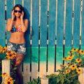 fille en bikini devant une palissade