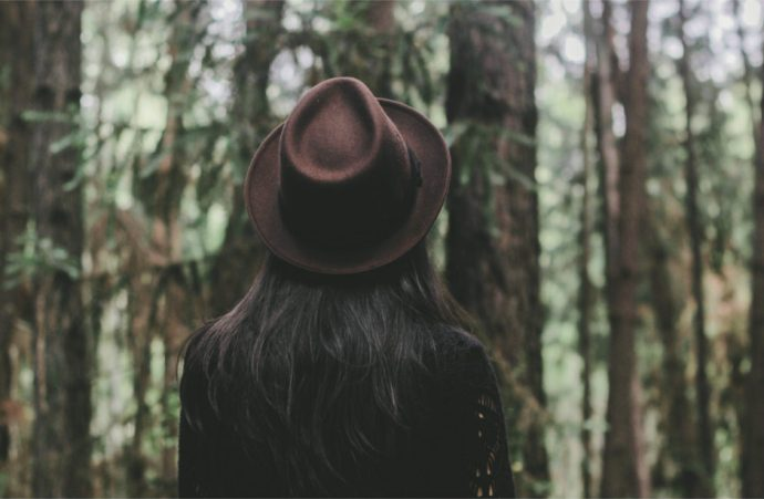 femme dans la fôret portant un chapeau