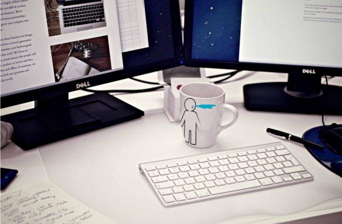 ordinateur avec deux écrans sur un bureau