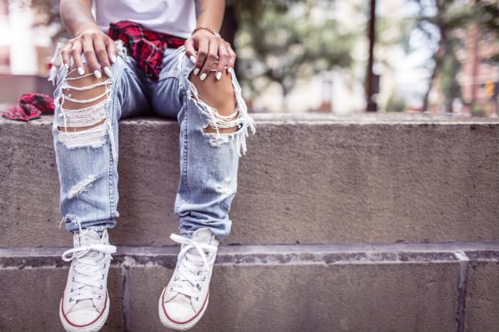 adolescente avec un jean déchiré