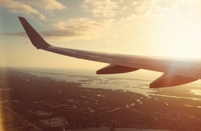 une aile d'avion au choucher de soleil
